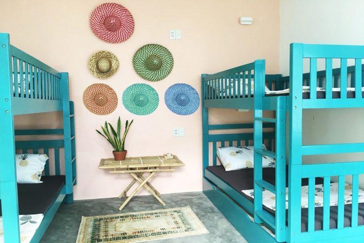 Nền tường màu pastel tạo không gian thoải mái, nhẹ nhàng
