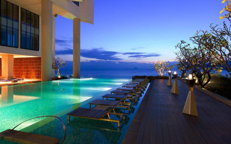 View nhìn từ hồ bơi cực lãng mạn