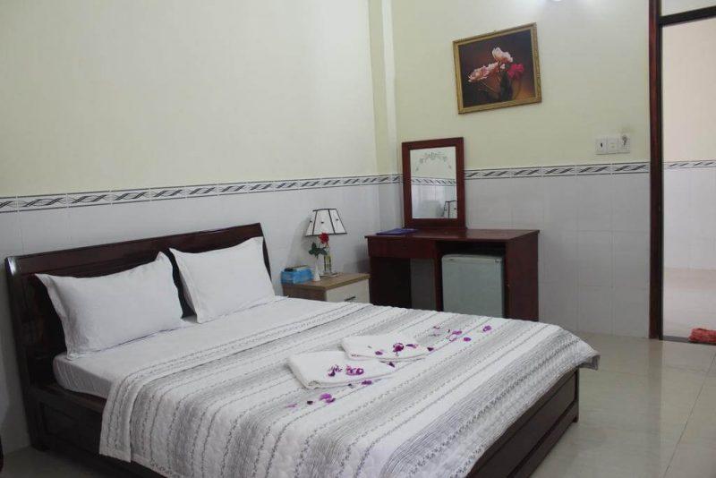 theo khu vực nhìn ra bãi biển. Resort Phú Quốc giáp biển này cung cấp không gian nghỉ dưỡng yên tĩnh, trong lành tại xã Hàm Ninh, nơi có làng chài Hàm Ninh chân chất mà lại nên thơ. Đặc biệt, resort có hồ bơi ngoài trời kèm theo