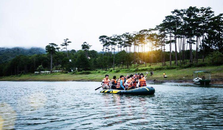 Rong Chơi Đà Lạt Với Tour Hồ Tuyền Lâm - Chèo Thuyền Ngắm Lá Phong