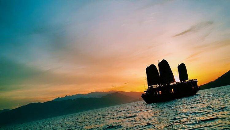 Tour Du Thuyền Emperor Ngắm Hoàng Hôn Nha Trang